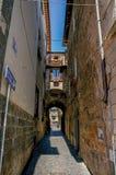 Обзор узкого прохода с старыми зданиями и знака уличного движения на городке Orvieto Стоковые Фотографии RF
