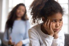 Обиденная Афро-американская девушка preschooler смотря в расстоянии стоковая фотография rf