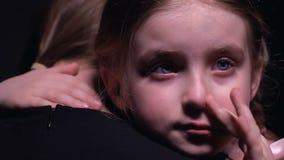 Обиденная маленькая девочка плача и обнимая мать, страдая от задирать, жертва видеоматериал