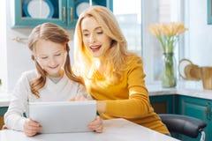 Обильная мать и дочь используя таблетку Стоковые Фото