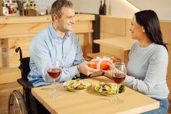 Обильный неработающий человек давая настоящий момент к его женщине Стоковое Изображение RF