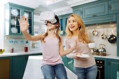 Обильный ребенок нося шлемофон VR Стоковое Фото