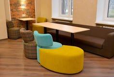 Обитая модульная мебель в комнате офиса Стоковые Фотографии RF