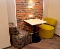 Обитая модульная мебель и меньшая таблица в комнате офиса Стоковое Изображение RF