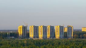 Обитая район с многоуровневыми зданиями в вечере видеоматериал