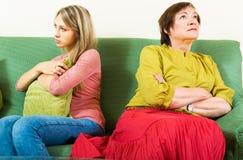 Обиденные мать и дочь после ссоры Стоковые Фотографии RF