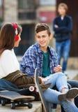 Обиденные мальчик и пары подростка врозь на улице Стоковые Фото