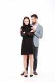 Обиденные молодые любящие пары присягают изолированный Стоковые Изображения