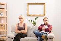 Обиденные человек и женщина пар дома Стоковое фото RF