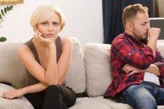 Обиденные человек и женщина пар дома Стоковое Изображение