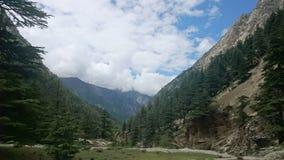 Облакам дают благословение к горам стоковая фотография rf