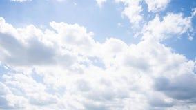 Облака быстроподвижны в голубом небе E сток-видео