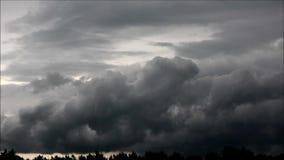 Облака вечера в Falkensee, Бранденбурге Германии видеоматериал