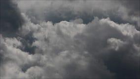 Облака вечера в Falkensee, Бранденбурге Германии акции видеоматериалы