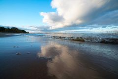Облака висят низко над озером Стоковые Изображения