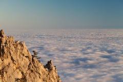 облака выравнивая море утесов Стоковое Фото