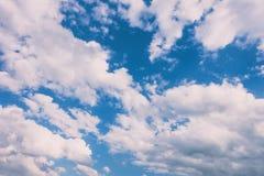 Облака в голубом небе на заходе солнца Стоковое Фото