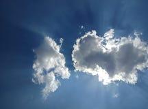 Облака в голубом небе с лучами солнца Стоковая Фотография
