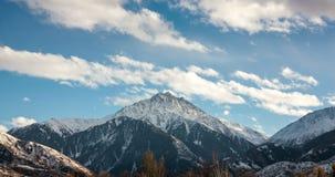 Облака в саммите горы сток-видео