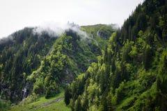 Облака горы исчезая стоковая фотография rf