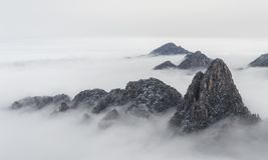 Облака горы Huangshan в расстоянии стоковая фотография rf