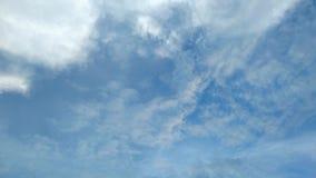 Облака двигают быстро в небо в дневном времени ярком видеоматериал
