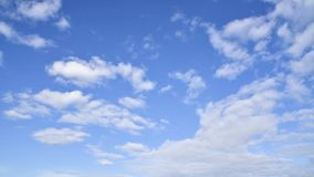 Облака двигают в голубое небо Промежуток времени сток-видео