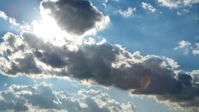 Облака двигают в голубое небо Timelapse акции видеоматериалы