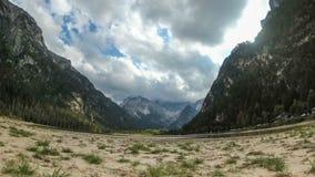 Облака двигают над пиками высокогорных гор и озера горы Timelapse акции видеоматериалы