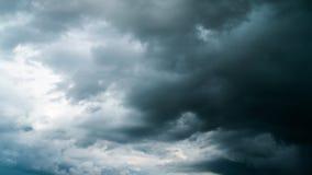 Облака дождя драматические, промежуток времени сток-видео