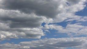 Облака загоренные солнечным светом завишут красиво в рае, промежутке времени видеоматериал