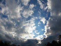Облака захода солнца в октябре в DC Вашингтона стоковое фото
