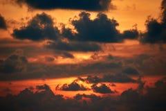 Облака захода солнца Драматический заход солнца в оранжевом солнечном свете Пламенеющий заход солнца при свет пропуская через тем Стоковое фото RF