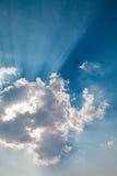 облака излучая sunbeams Стоковые Изображения RF