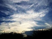 Облака и красивые голубые небеса стоковая фотография rf