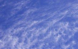 Облака кумулюса белые против красивого голубого неба Стоковые Изображения RF