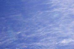 Облака кумулюса белые против красивого голубого неба Стоковое Фото