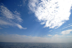 облака над водой Стоковые Фото