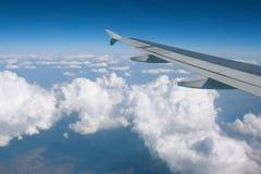 облака над крылом Стоковое Изображение