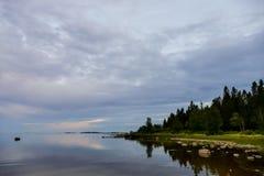 облака над озером, в Швеции Скандинавии северной Европе стоковое фото rf
