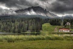 Облака над озером Misurina, доломитами, Италией. Стоковое Изображение RF
