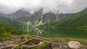 Облака над озером Morskie Oko в горах Tatra видеоматериал