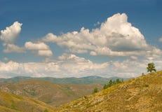 Облака над пейзажем горы стоковое фото rf