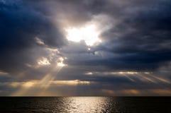 облака над штормом моря Стоковые Изображения
