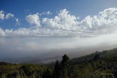 Облака на голубом небе в горах Стоковое Изображение RF