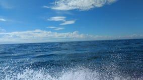 Облака на голубом небе с океаном мочат падения, обои предпосылки, Стоковое Фото