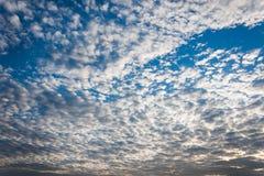 Облака на голубом небе стоковое изображение rf
