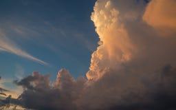 Облака на предпосылке голубого неба на солнечный день Стоковая Фотография RF