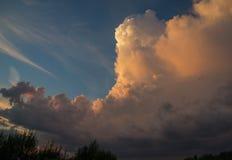 Облака на предпосылке голубого неба на солнечный день Стоковые Изображения RF