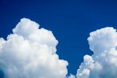 облака неба лета солнечность облака кучи темно-синего мягкого белая огромная стоковое фото rf